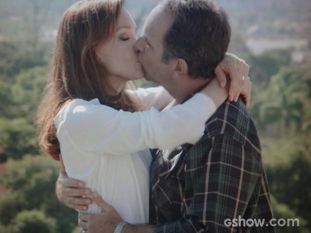 Virgílio agradece Helena com um lindo beijo (Foto: Em Família / TV Globo)