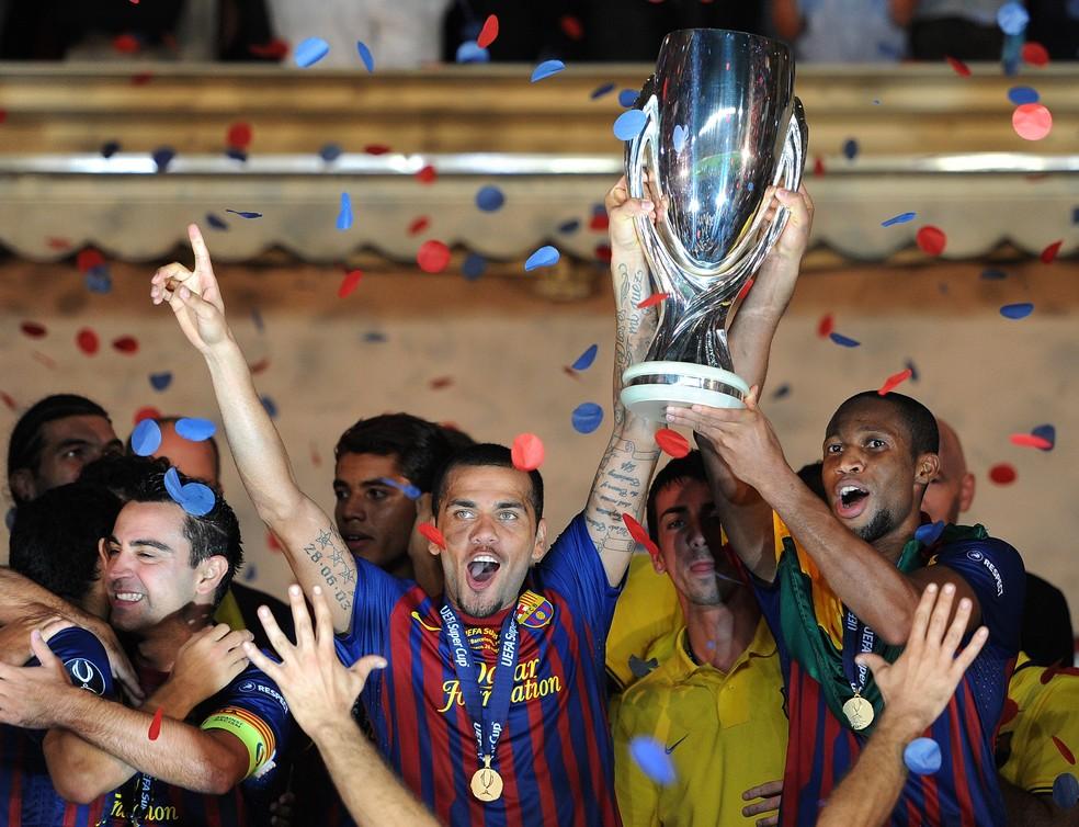 Daniel Alves ergue a taça da Supercopa da Europa de 2011 (Foto: Getty Images)