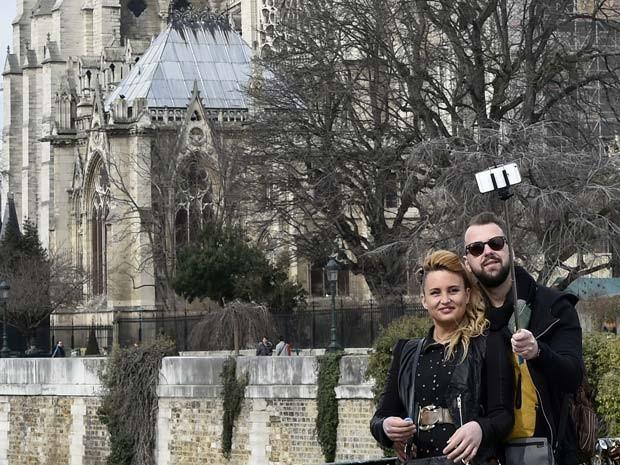 Em Paris, alguns museus já pensam em proibir os paus de selfie  (Foto: AFP PHOTO / DOMINIQUE FAGET)