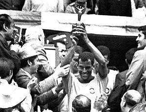 Carlos Alberto com a taça da Copa de 70 (Foto: AFP)