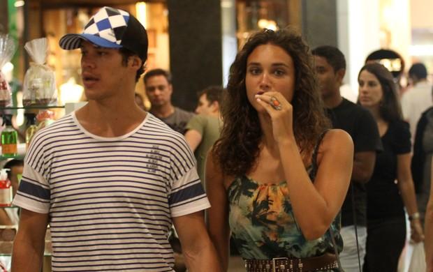 Débora Nascimento e José Loreto em shopping do Rio (Foto: Derick Abreu / Foto Rio News)