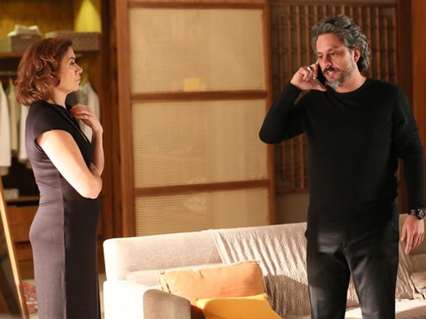 Zé fala com Maurílio ao telefone (Foto: Isabella Pinheiro/ Gshow)