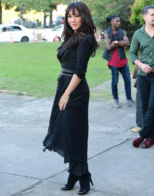 A atriz prestigiou o primeiro dia de desfiles da São Paulo Fashion Week (Foto: Ag News)