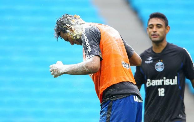 Werley (E) foi o responsável pela brincadeira com Souza (Foto: Lucas Uebel/Grêmio FBPA)