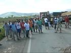 Motoristas de transporte coletivo fecham via na BA-263, diz polícia