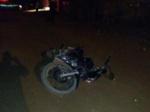 Vítima de 31 anos pilotava a motocicleta quando foi alvejada. (Foto: Carlos Mont Serrate/ Rota Policial News)