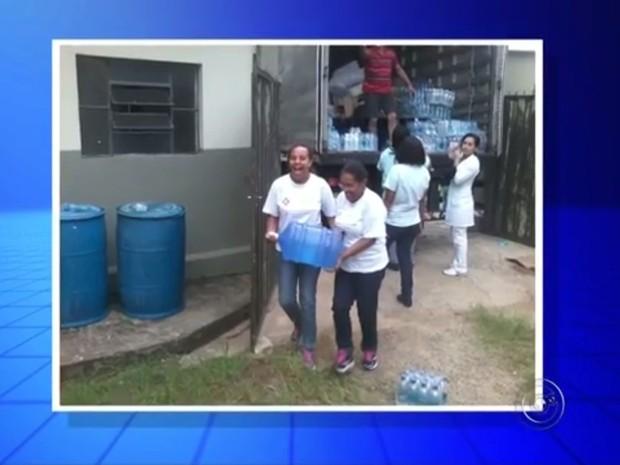 Voluntários de Jales foram até Mariana levar água doada (Foto: Reprodução/TV TEM)