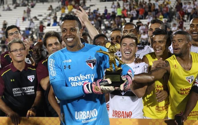 Sidão, goleiro do São Paulo, recebe troféu de melhor jogador (Foto: Rubens Chiri / saopaulofc.net)