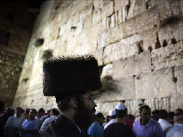 Neste domingo (16), milhares de pessoas se juntam para celebrar, em Jerusalém, o fim do ano 5772 no calendário Hebraico (Foto: AFP/Menahem Kahana)