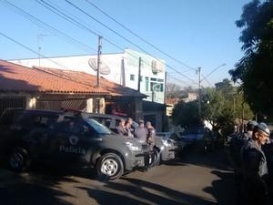 Operação cumpriu mandados em Santa Bárbara e um suspeito morreu (Foto: Edijan Del Santo/EPTV)