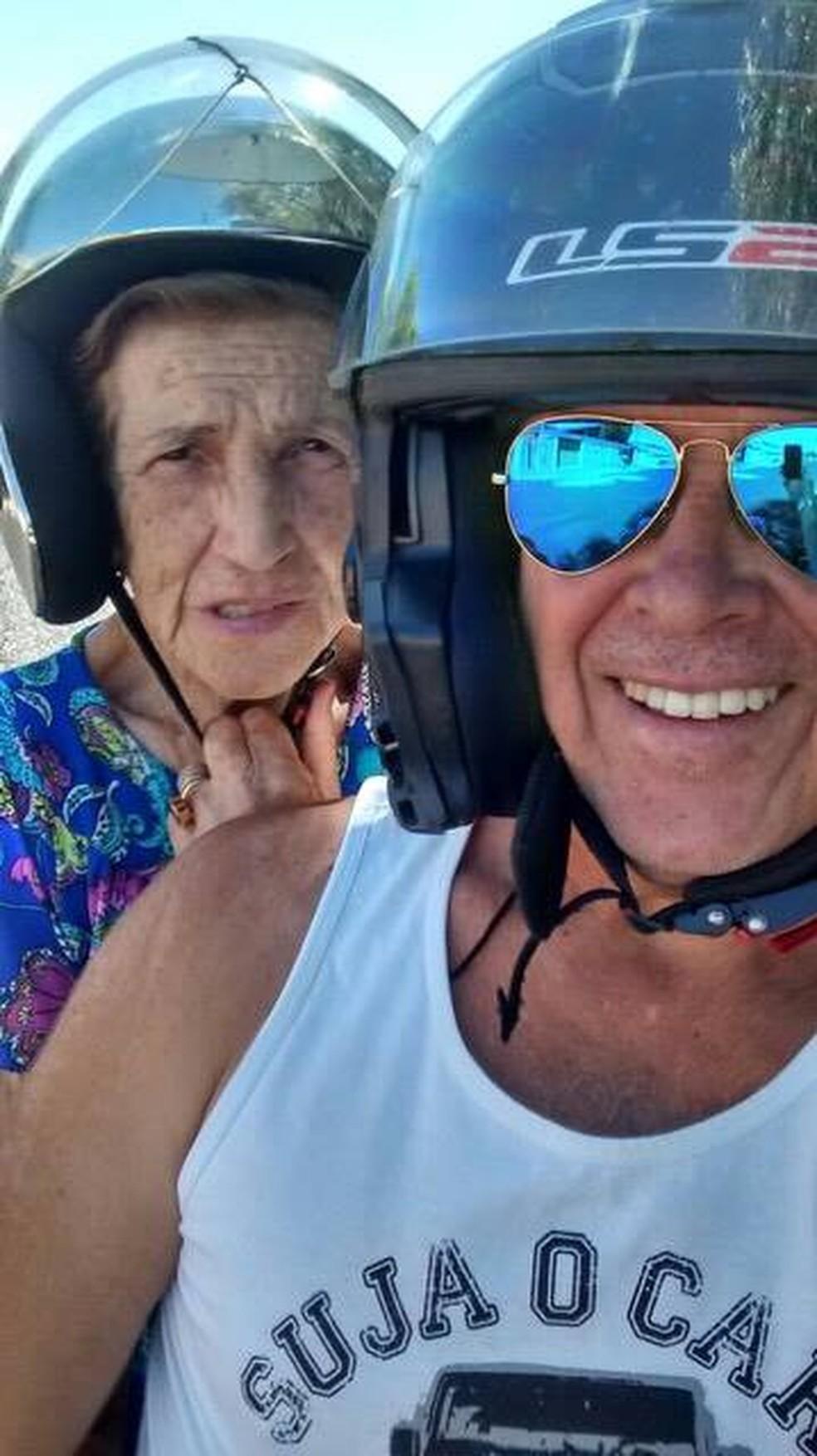 A doença da mãe não impediu Fausto de mostrar a ela o mundo das motos (Foto: Fausto Moura/ Arquivo Pessoal)