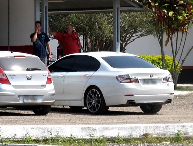 Adriano carro branco BMW acidente  (Foto: Janir Júnior / Globoesporte.com)