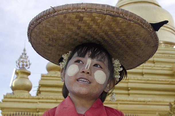 Uma menina vendedora de flores em um templo de Mandalay tem o rosto e o nariz pintados com thanaka. (Foto: Haroldo Castro/ÉPOCA)