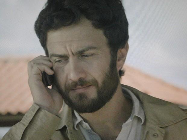 Rodrigo avisa a Miriam que Clara sumiu (Foto: Amor Eterno Amor / TV Globo)