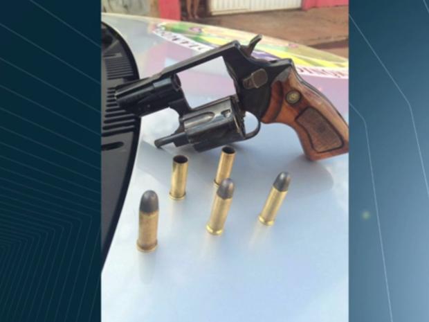 Jovem foi preso com arma de uso restrito e munição, em Goiânia (Foto: Reprodução/TV Anhanguera)