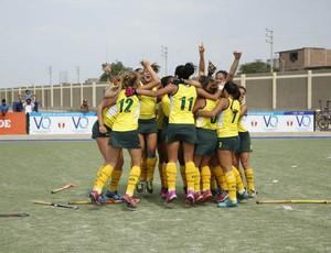 meninas da seleçãio brasileira comemoram o primeiro título internacional da equipe, um torneio amistoso no Peru (Foto: Federação Pan-Americana de Hóquei (PAHF).)