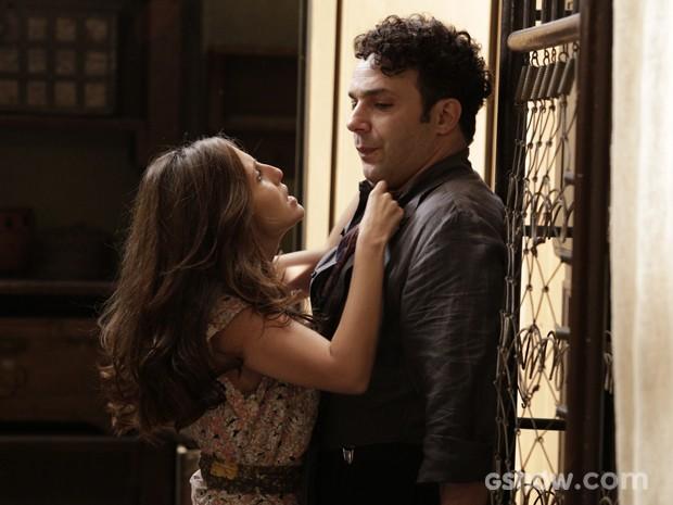 Cléo aproveita qualquer oportunidade para agarrar Joel (Foto: Fábio Rocha / TV Globo)