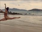 Aline Riscado dança balé na beira da praia e mostra elasticidade
