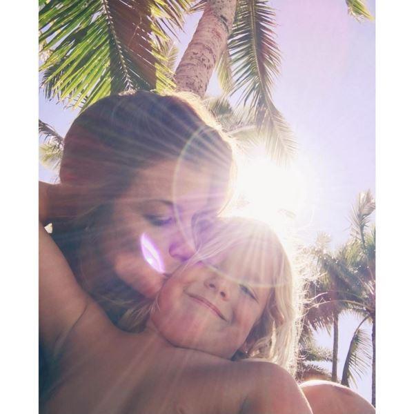 Lyndie Irons e o filho, Axel, fruto da união com Andy Irons, morto em 2010 (Foto: Reprodução/Instagram)