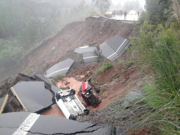 Cratera 'engoliu' dois veículos na Serra do RS (Foto: Maurício Mesquita/Arquivo pessoal)