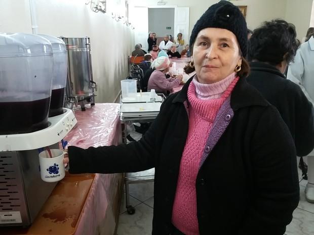 Alda Almeida da Silva mora há dois anos do asilo e sente falta de mais eventos para alegrar as moradoras (Foto: Bibiana Dionísio/ G1)