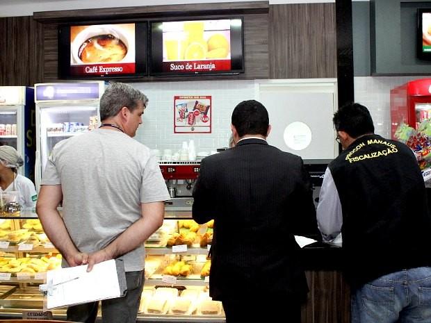 Estabelecimentos localizados no aeroporto foram fiscalizados nesta quarta-feira (Foto: Marinho Ramos/Semcom)