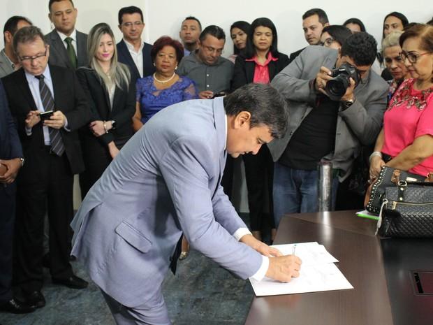 Governador Wellington Dias assinando o projeto do aplicativo Salve Maria (Foto: Júnior Feitosa/G1)