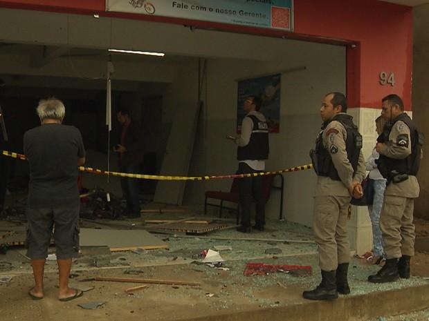 Caixa havia sido reabastecido nesta terça-feira. A policia não divulgou a quantia que foi levada pelos assaltantes. (Foto: Reprodução / TV Paraíba)