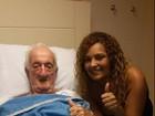 Mulher de Russo faz visita a marido no hospital: 'Ele é forte'