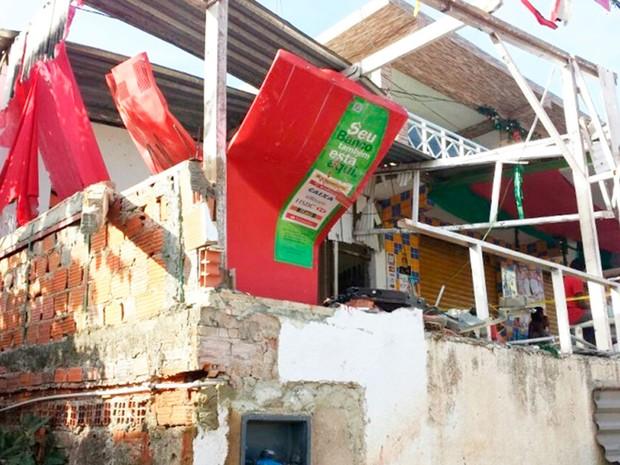 Caixa eletrônico foi explodido por bandidos em Candeias (Foto: Site Bahia10.Com.Br)