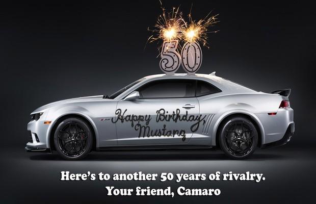 """""""Feliz aniversário, Mustang. Por mais 50 anos de rivalidade. Seu amigo, Camaro"""" (Foto: Chevrolet)"""