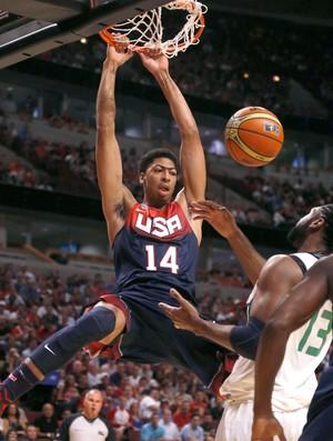 basquete Brasil e Anthony Davis EUA amistoso united Center (Foto: Agência AP)