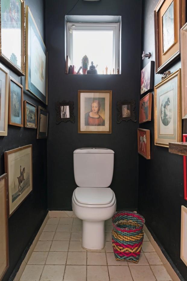 Lavabo. A extensa coleção de pinturas e gravuras ocupa as paredes (Foto: Lufe Gomes / Editora Globo)