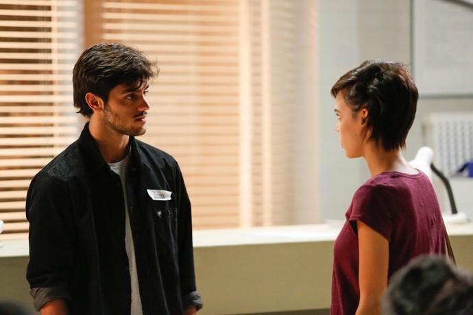 Leila dá notícia de prisão de Eliza e Germano a Jonatas (Foto: Pedro Carrilho / Gshow)