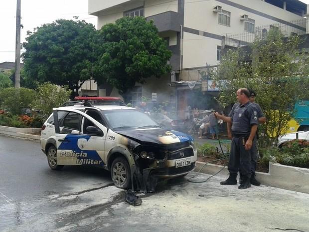 Fogo derreteu parte da lataria da viatura (Foto: Divulgação)