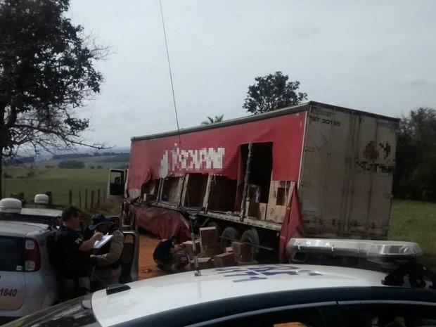Parte da carga de cigarros de uma das carretas foi levada pelos criminosos em Ibiá 1 (Foto: PRF/Divulgação)
