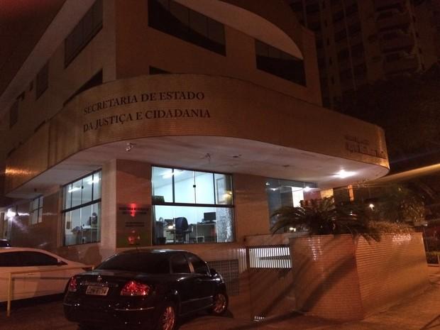 Prédio foi atingido por disparos por volta da 1h40 deste sábado (Foto: PM/Divulgação)