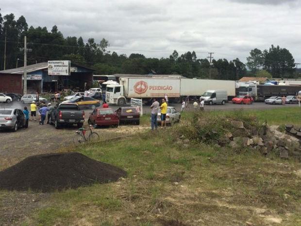 Caminhoneiros protestam na BR-476, em União da Vitória, neste domingo (1º) (Foto: Gilmar Walter Eggers/Arquivo pessoal)