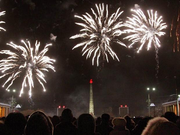 Réveillon é celebrado com fogos em frente à Torre de Juche Idea, em Pyongyang, na Coreia do Norte (Foto: Jon Chol Jin/AP)