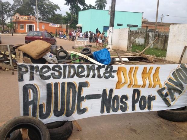 Moradores protestaram com faixas e cartazes na manhã desta quinta-feira (Foto: Assem Neto/G1)