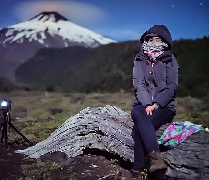 Amanda Richter ao pé do vulcão Villarica (Foto: Arquivo pessoal)