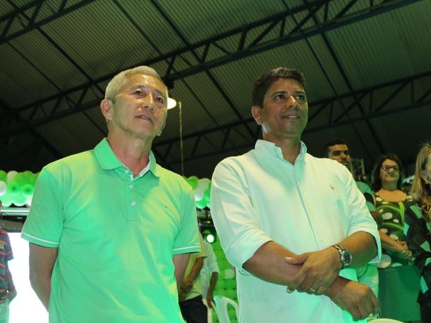 Edinaldo Lima é candidato à prefeitura de Petrolina pelo PMDB e o vice Newton Matsumoto (Foto: Juliane Peixinho / G1)