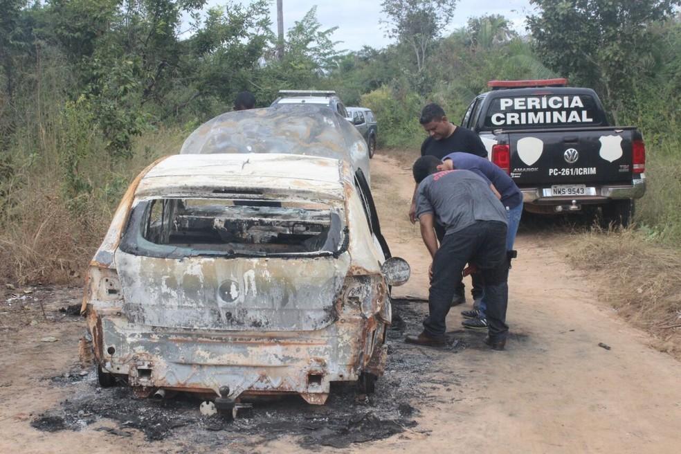 Carro foi encontrado incendiado próximo à BR-226 (Foto: Júnior Feitosa/G1 PI)