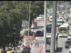 Carro pega fogo e causa retenções no trânsito da Zona Norte do Rio