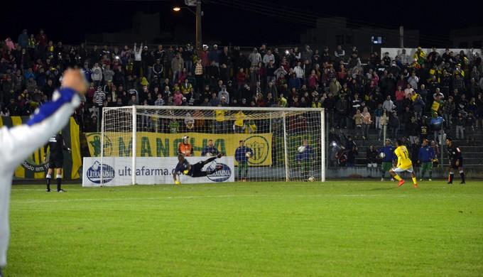 Saldanha fez o gol da classificação do Ypiranga-RS nos pênaltis (Foto: Régis Melo)