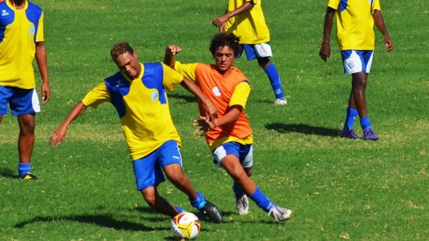 Juniores do Confiança treinam para o estadual (Foto: Felipe Martins/GLOBOESPORTE.COM)
