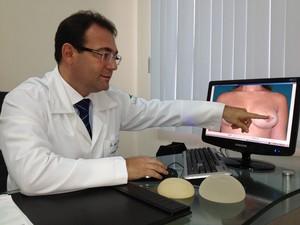 Médico alerta sobre os riscos da cirurgia na Venezuela (Foto: Bruno Perez/G1 RR)