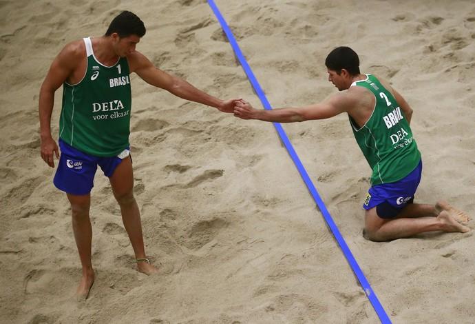 Álvaro e Saymon perderam nas oitavas de final da etapa da Holanda, em Haia, do Circuito Mundial de vôlei de praia (Foto: Getty Images/FIVB)