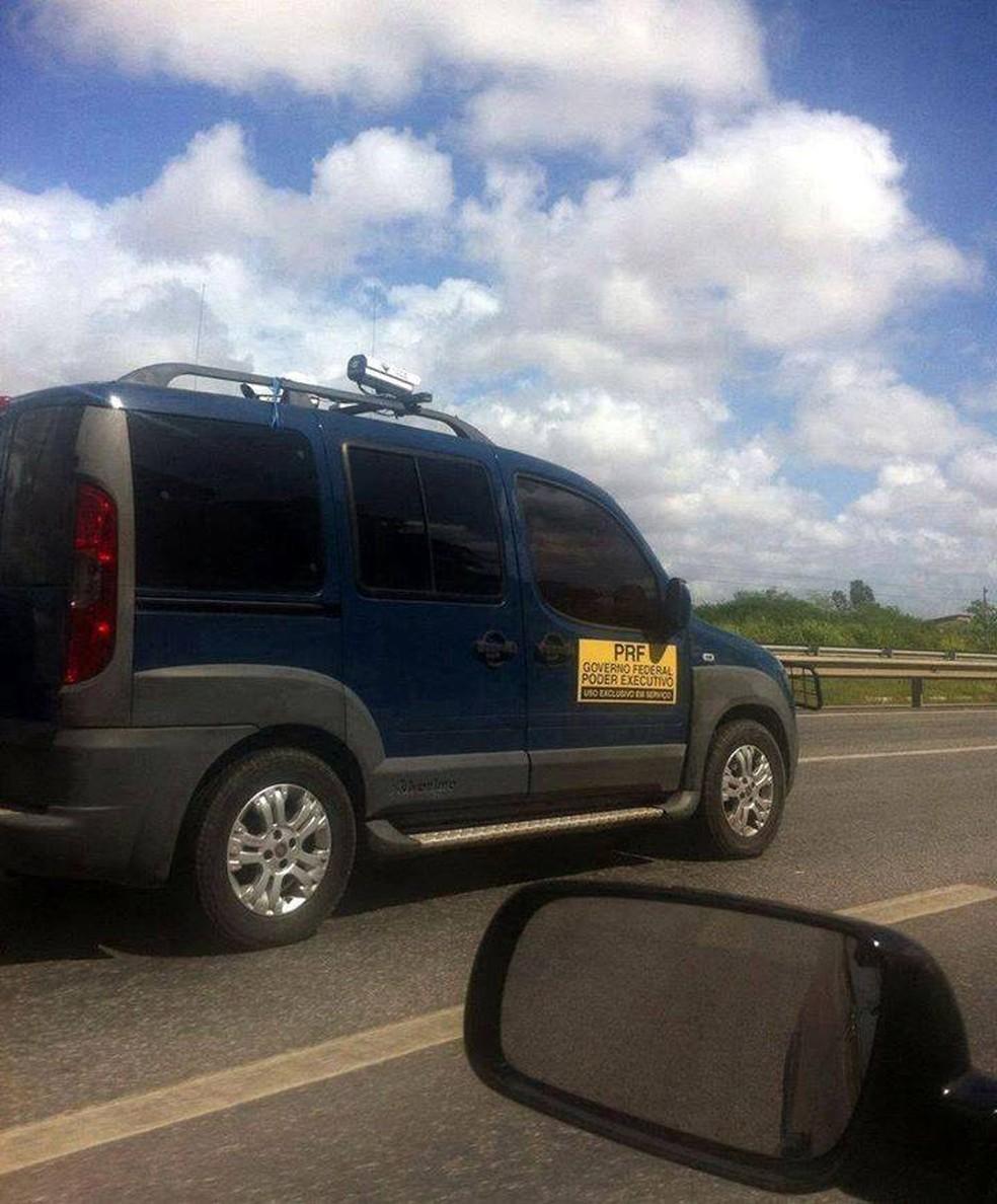 Carro da PRF não aplica multa, segundo a corporação (Foto: Reprodução/ Facebook)