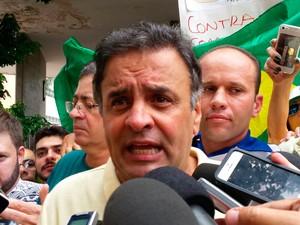 BELO HORIZONTE - O senador Aécio Neves (PSDB) participa da manifestação em Belo Horizonte. Aécio foi ovacionado pelos manifestantes. (Foto: Pedro Ângelo/ G1)